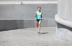 跑西班牙的妇女上升 免版税库存图片