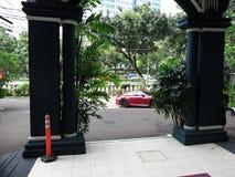 跑车在城市停放在入口对旅馆 库存图片