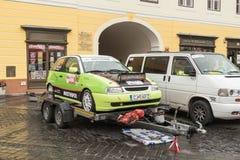 跑车在大正方形的拖车等待的运输站立在锡比乌市在罗马尼亚 免版税库存照片