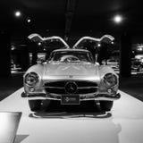 跑车奔驰车300SL W198 盖达尔・阿利耶夫的中心, 免版税库存照片