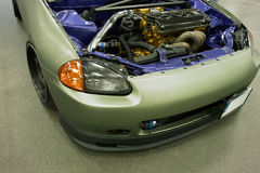 跑车的车灯和引擎 免版税库存图片