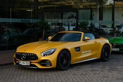 跑车默西迪丝AMG GT以黄色 免版税库存照片