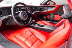 跑车Marussia红色B1的内部与典雅的皮革位子、低安装的位置和a方向盘的  库存照片