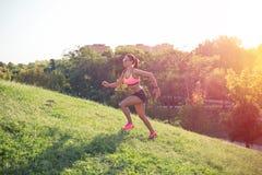 跑适合的妇女户外 免版税库存照片