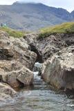 跑通过两岩石墙壁的小河 免版税图库摄影