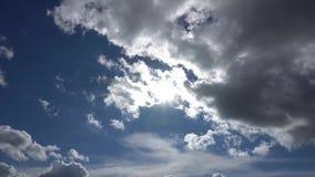 跑通过云彩的太阳在夏天4K 影视素材