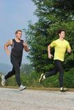 跑通过公园的两位人运动员 免版税库存图片