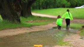 跑通过巨大的水池的愉快的孩子在公园 股票视频