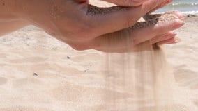 跑通过手的温暖的沙子 股票视频