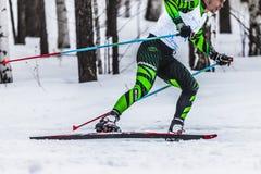 跑通过森林侧视图的滑雪者男性运动员 库存图片