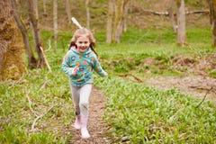 跑通过森林地的女孩 库存照片