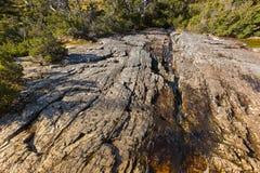 跑通过火山的玄武岩岩石的水自然小河在 库存图片