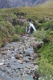 跑通过神仙的小河合并斯凯岛,苏格兰小岛  免版税库存图片
