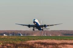 跑道的波音777-300 Transaero航空公司在机场 库存图片