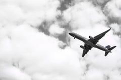 从跑道的飞机起飞多云天空的 黑色白色 库存照片