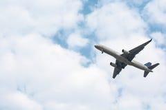 从跑道的飞机起飞 免版税库存图片