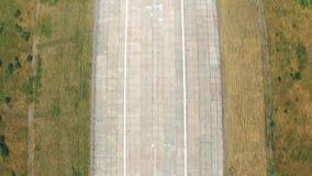 跑道离开在机场 飞机加速的加速在飞行前 航空行动概念