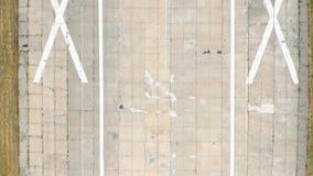 跑道空中POV视图离开在机场 r