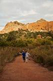 跑道路山峡谷的男孩孩子 免版税图库摄影