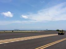 跑道,简易机场在有标号的机场终端在蓝天有云彩背景 旅行航空概念 免版税库存图片