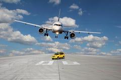 跑道Treshold有汽车和飞机的 库存图片