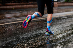 跑都市马拉松的妇女 库存照片