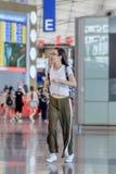跑里面北京首都机场,终端3的女孩 免版税库存照片