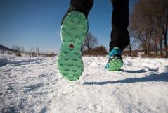 跑鞋脚底关闭 活动刺激概念 免版税图库摄影