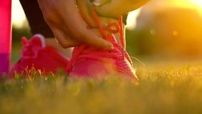 跑鞋-栓鞋带的妇女 慢的行动 股票视频