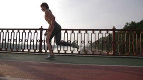 跑马场的资深女性短跑选手开始跑 影视素材