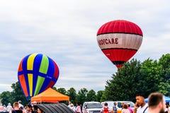 跑马场,北安普顿,英国,英国- 7月01日:有飞行在北安普顿的Roofcare和G-TIMX商标的热气球 图库摄影