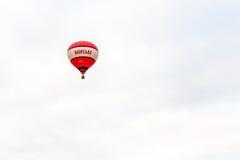 跑马场,北安普顿,英国,英国- 7月01日:有飞行在北安普顿节日的Roofcare商标的热气球 图库摄影