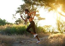 跑活跃非裔美国人的妇女户外 免版税图库摄影
