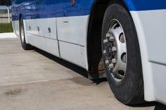 距离公共汽车在停车场 免版税库存图片