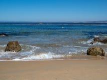 距离桨的皮艇在从热带海滩的天际挥动 免版税库存照片