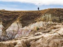 距离的远足者在小山顶部 库存图片