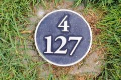 距离在高尔夫球场的立方码标志 库存照片