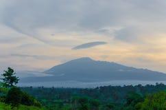 距离的喀麦隆火山在与多云天空和雨林,非洲的晚上光期间 库存照片