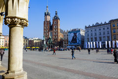 距离的圣玛丽的教会在克拉科夫 免版税库存照片