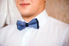 紧跟在新郎后面的蓝色蝶形领结 免版税库存图片