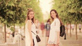 跟我学概念 愉快的年轻都市妇女在欧洲城市 走沿离开的街道的白种人游人  股票录像