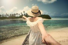 跟我学 白色礼服的女孩在桥梁 马尔代夫 热带 海洋 免版税库存图片