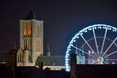 跟特和Roue de巴黎轮渡历史的城市的都市风景把跟特,圣诞节引入 库存图片