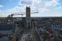 跟特鸟瞰图从钟楼的 修理与使用黄色起重机一起使用举的装载 库存照片