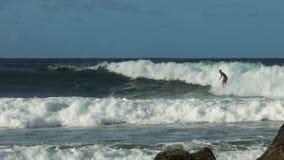 跟踪冲浪在攫夺者岩石的一个人的射击 股票视频
