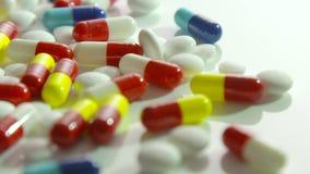 跟踪在医疗药片的射击白色表面上 股票录像