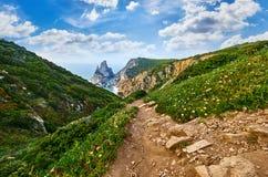 跟踪在美丽如画小山带领中的道路 免版税库存照片