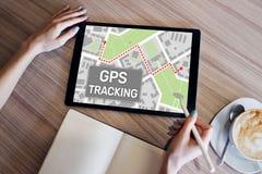 跟踪在设备屏幕上的GPS全球定位系统地图 免版税库存图片