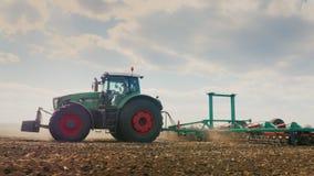 跟踪射击:拖拉机犁领域的土地 春天野外工作 在好天气的美好的晴天 低角度3 股票视频