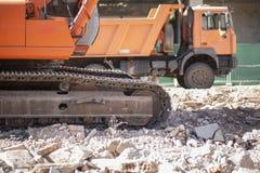 跟踪挖掘机和翻斗车瓦砾残骸过度负荷  库存图片